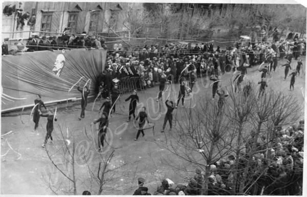 Первомайский парад 1960 г. Физкультурницы с лентами., альбом Тулун, которого уже нет !